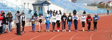 De niet geïdentificeerde meisjes bij de 20.000 meters ras lopen Royalty-vrije Stock Fotografie