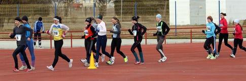 De niet geïdentificeerde meisjes bij de 20.000 meters ras lopen Stock Fotografie