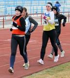 De niet geïdentificeerde meisjes bij de 20.000 meters ras lopen Stock Foto