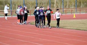 De niet geïdentificeerde meisjes bij de 20.000 meters ras lopen Stock Afbeeldingen