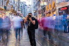 De niet geïdentificeerde mens neemt beeld bij Istiklal-straat stock afbeelding
