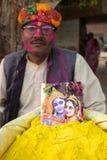 De niet geïdentificeerde mens verkoopt gepoederde kleurstoffen die voor Holi-festival in India worden gebruikt Royalty-vrije Stock Foto's