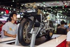 De niet geïdentificeerde mensen bekijken in Ducati 1199 motorfietsvertoning op stadium Stock Afbeelding