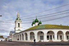 De niet geïdentificeerde mensen bezoeken het beroemde Winkelen en Kerk van Onze Verlosser in rangen in Kostroma, Gouden Ring van  Royalty-vrije Stock Afbeeldingen