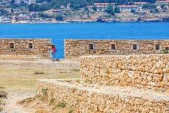De niet geïdentificeerde mensen bezoeken Venetiaanse vesting Fortezza in Rethymno, Griekenland Stock Afbeelding