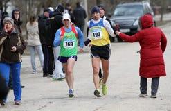 De niet geïdentificeerde mensen bij de 20.000 meters ras lopen Stock Afbeeldingen
