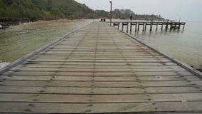 De niet geïdentificeerde mensen bij houten plankpijler overbruggen in Khao Laem Ya in Mu Ko Samet Nationaal Park, Rayong-Provinci stock video