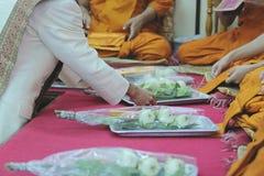 De niet geïdentificeerde mensen geven specifiek aanbieden aan de monniken in tempel Stock Foto's