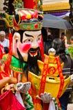 De niet geïdentificeerde mensen kleden zich omhoog als god van rijkdom Royalty-vrije Stock Foto