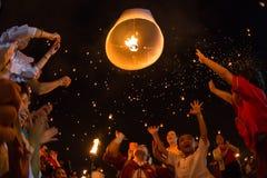 De niet geïdentificeerde Mensen lanceren hemellantaarns aan de hemel in Loy Kratong-festival Royalty-vrije Stock Foto
