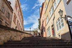 De niet geïdentificeerde mensen lopen onderaan de treden die van het Kasteel van Praag tot Mala Strana leiden Stock Afbeelding