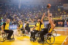 de niet geïdentificeerde mensen spelen een vriendschappelijk basketbal spel van rolstoel stock foto