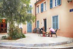 De niet geïdentificeerde mensen spelen schaak in de Kleine straat in Saint Tropez, Frankrijk Stock Foto's