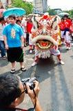 De niet geïdentificeerde mensen vieren met Chinese leeuw Stock Afbeeldingen