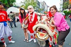 De niet geïdentificeerde mensen vieren met Chinese leeuw Royalty-vrije Stock Foto