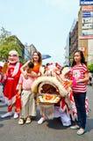 De niet geïdentificeerde mensen vieren met Chinese leeuw Royalty-vrije Stock Fotografie