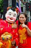 De niet geïdentificeerde mensen vieren met Chinese nieuwe jaarparade stock afbeelding
