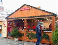 De niet geïdentificeerde mensen wisselen voedsel in jaarlijkse traditionele Kerstmismarkt uit Stock Afbeeldingen