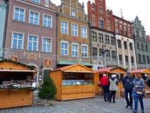 De niet geïdentificeerde mensen wisselen voedsel in jaarlijkse traditionele Kerstmismarkt uit Stock Foto's