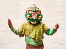 De niet geïdentificeerde monnik met rituele klok en vajra voert een godsdienstige gemaskeerde en gekostumeerde geheimzinnigheid d stock afbeelding