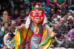 De niet geïdentificeerde monnik voert een godsdienstige gemaskeerde en gekostumeerde geheimzinnigheid dans van Tibetaans Boeddhis stock foto