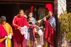 De niet geïdentificeerde monniken omcirkelen Boudhanath, 4 Dec, 2013 in Katmandu, Nepal Stock Foto's