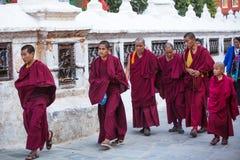 De niet geïdentificeerde monniken omcirkelen Boudhanath, 30 Nov., 2013 in Katmandu, Nepal Stock Afbeelding
