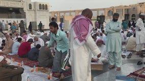 De niet geïdentificeerde Moslimmensen treffen om snel bij dageraad buiten Nabawi-moskee in Medina, Saudi-Arabië te breken voorber stock videobeelden