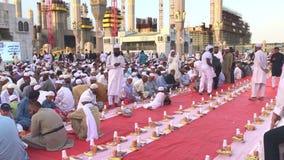 De niet geïdentificeerde Moslimmensen treffen om snel bij dageraad buiten Nabawi-moskee in Medina, Saudi-Arabië te breken voorber stock footage