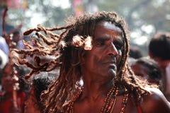 De niet geïdentificeerde orakels dansen in trance tijdens het Bharani-festival bij de tempel van Kodungallur Bhagavathi Stock Foto's