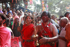 De niet geïdentificeerde orakels dansen in trance tijdens het Bharani-festival bij de tempel van Kodungallur Bhagavathi stock foto