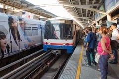 De niet geïdentificeerde passagiers wacht op BTS Skytrain Royalty-vrije Stock Fotografie