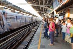 De niet geïdentificeerde passagiers wacht op BTS Skytrain Stock Foto's