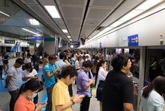 De niet geïdentificeerde passagiers wacht op MRT Trein Stock Foto's