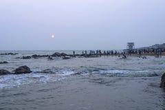 De niet geïdentificeerde pelgrims letten op zonsopgang Royalty-vrije Stock Foto's