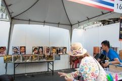 De niet geïdentificeerde protesteerders verzamelen op Rama 1 Weg aan antioverheid Royalty-vrije Stock Foto's