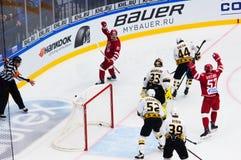 De niet geïdentificeerde spelers van Vityaz-team verheugen zich van een score stock foto