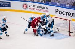 De niet geïdentificeerde spelers verdedigen keeper A Krasikov 84 stock foto