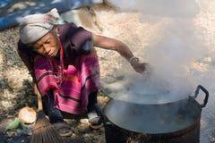 De niet geïdentificeerde stam van vrouwenLahu kookt Royalty-vrije Stock Afbeeldingen
