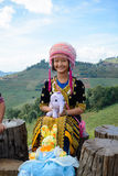 De niet geïdentificeerde stammeisjes in traditionele kleding stelt voor de camera bij Mon-jam in Chiang Mai Royalty-vrije Stock Foto's