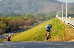 De niet geïdentificeerde toerist berijdt een berg fiets-fiets om rond het reservoir van Klapphra te reizen Stock Afbeeldingen