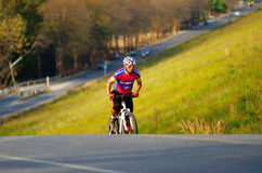 De niet geïdentificeerde toerist berijdt een berg fiets-fiets om rond het reservoir van Klapphra te reizen Stock Fotografie