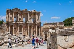 De niet geïdentificeerde toeristen bezoeken Grieks-roman ruïnesvan Ephesus Stock Afbeeldingen