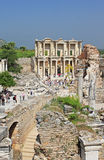 De niet geïdentificeerde toeristen bezoeken Grieks-roman ruïnes van Ephesus, Turkije Stock Afbeelding