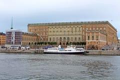 De niet geïdentificeerde toeristen bezoeken Royal Palace in Stockholm, Zweden Stock Foto's