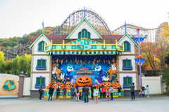 De niet geïdentificeerde toeristen reizen en genieten van winkelend op 25 Oktober, 2014 in Everland, Yongin, Korea Royalty-vrije Stock Foto