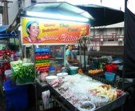 De niet geïdentificeerde verkoper van het straatvoedsel bij de nachtmarkt in Bangkok Stock Fotografie