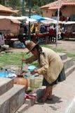 De niet geïdentificeerde Vrouw haalt een Drank in Raqui peru stock foto