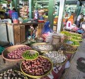 De niet geïdentificeerde vrouw verkoopt groenten Stock Foto's