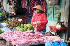 De niet geïdentificeerde vrouw verkoopt vlees in de natte markt van Xuan Khanh, Mekong deltagebied, Vietnam Royalty-vrije Stock Foto